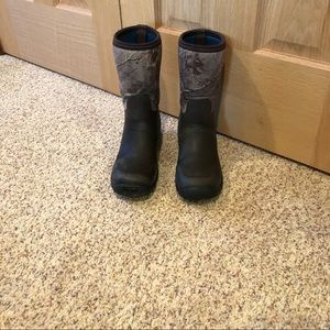 Field and Stream Youth boys size 4 water boots